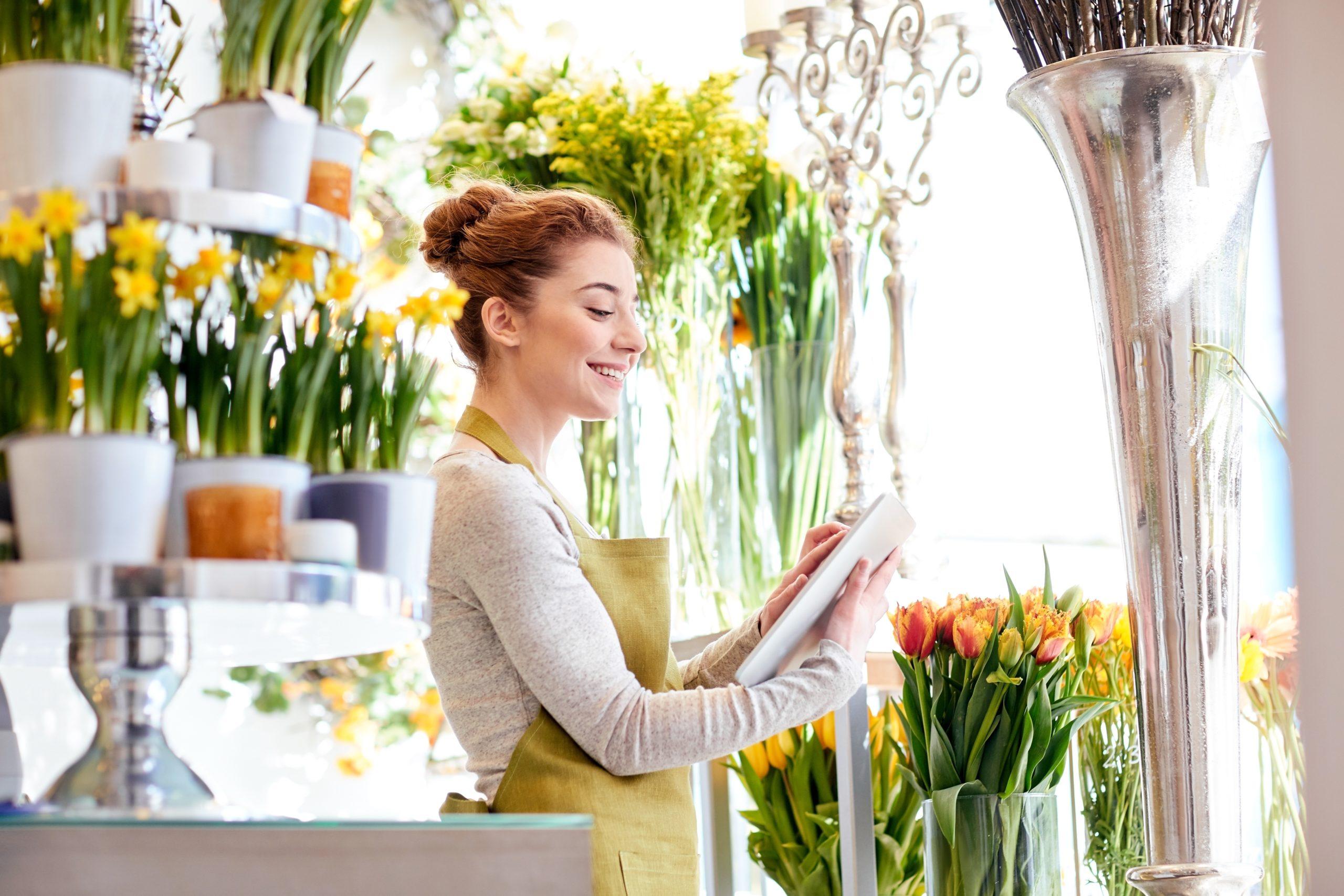 kobieta uzupełniająca ankietę w kwiaciarnii